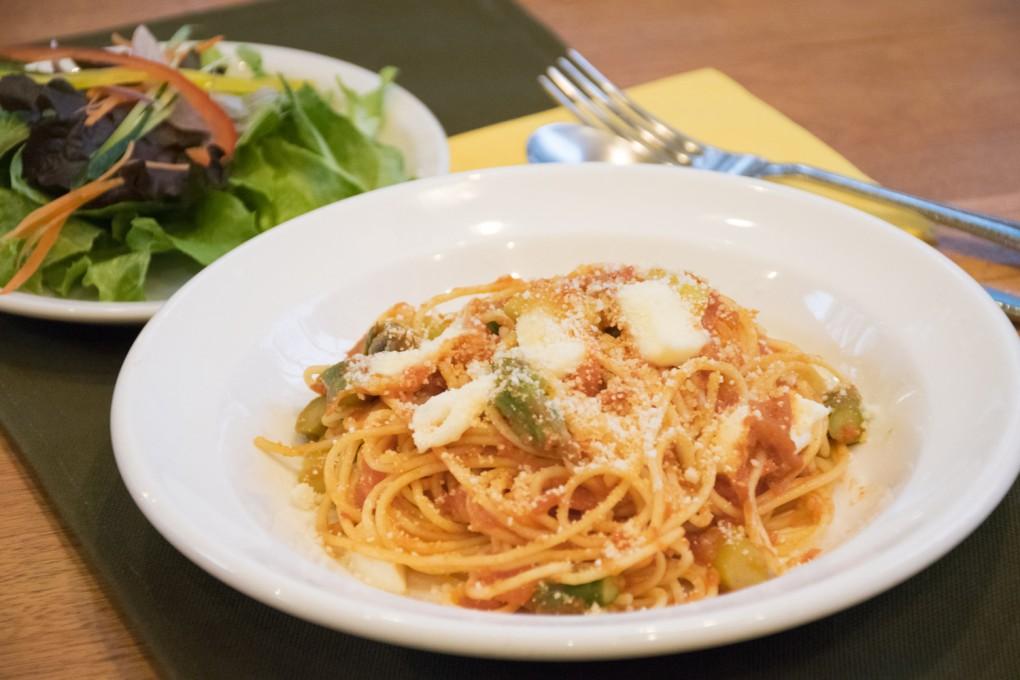 アスパラガスとモッツァレラのトマトソース スパゲッティ